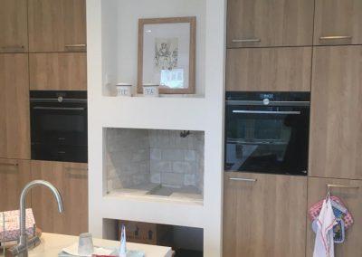 Verhoogde keukenhaard met witte vuursteen